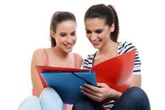 Jeunes amies heureuses apprenant ensemble Photos stock