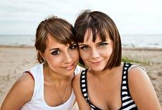 Jeunes amies sur une plage Images libres de droits