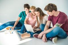 Jeunes amis à l'aide de l'ordinateur portable Photos stock