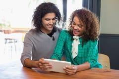 Jeunes amis à l'aide du comprimé numérique Image stock