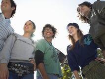 Jeunes amis à la mode regardant loin Photographie stock