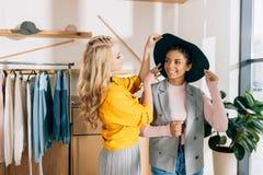 jeunes amis élégants d'achats passant le temps Images stock