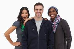 Jeunes amis élégants souriant à l'appareil-photo Photos libres de droits