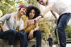 Jeunes amis adultes à l'aide d'un smartphone Photographie stock libre de droits
