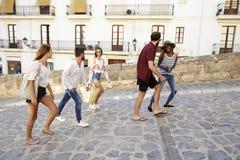 Jeunes amis adultes en vacances marchant dans Ibiza, Espagne Photo stock