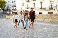 Jeunes amis adultes en vacances visitant le pays dans Ibiza, Espagne Images libres de droits