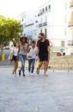 Jeunes amis adultes explorant dans Ibiza, Espagne, verticale Photo libre de droits