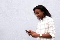 Jeunes amis africains des textes de femme Photographie stock