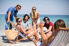 Jeunes amis appréciant à la plage Image stock