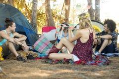 Jeunes amis appréciant au terrain de camping Photo stock