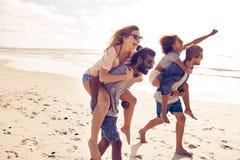 Jeunes amis appréciant l'été sur la plage Photographie stock libre de droits