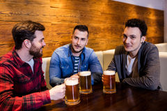 Jeunes amis appréciant la bière au restaurant Photo libre de droits
