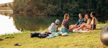 Jeunes amis appréciant un jour au lac Images libres de droits