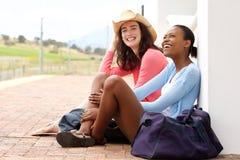 Jeunes amis attendant le train à la gare Photographie stock libre de droits
