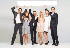 Jeunes amis attirants portant les vêtements élégants Images libres de droits
