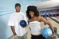 Jeunes amis au bowling Photos stock