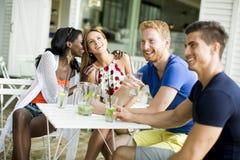 jeunes amis au café Photo libre de droits