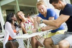 jeunes amis au café Image libre de droits