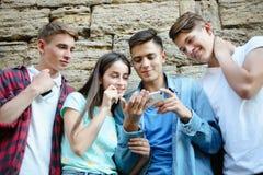 Jeunes amis avec des smartphones Images libres de droits