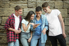 Jeunes amis avec des smartphones Image stock