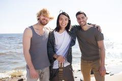 Jeunes amis avec la guitare Images libres de droits