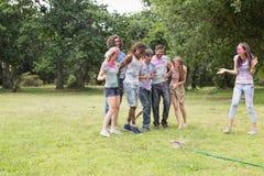 Jeunes amis ayant l'amusement avec la peinture de poudre Photos libres de droits