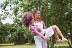 Jeunes amis ayant l'amusement avec la peinture de poudre Photo libre de droits