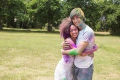 Jeunes amis ayant l'amusement avec la peinture de poudre Photographie stock libre de droits