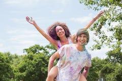 Jeunes amis ayant l'amusement avec la peinture de poudre Image libre de droits
