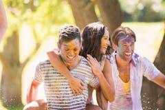 Jeunes amis ayant l'amusement avec la peinture de poudre Image stock