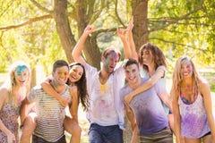 Jeunes amis ayant l'amusement avec la peinture de poudre Images libres de droits