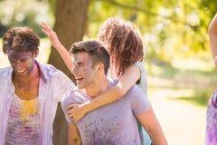 Jeunes amis ayant l'amusement avec la peinture de poudre Photographie stock