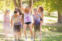 Jeunes amis ayant l'amusement avec le tuyau dans le parc Photo libre de droits
