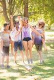Jeunes amis ayant l'amusement avec le tuyau dans le parc Image libre de droits