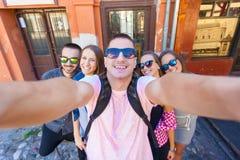 Jeunes amis ayant l'amusement et prenant le selfie dehors Photo stock