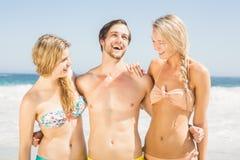Jeunes amis ayant l'amusement sur la plage Image libre de droits
