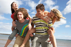 Jeunes amis ayant l'amusement sur la plage d'été Image stock