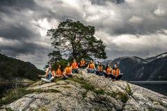 Jeunes amis ayant l'amusement sur le pique-nique sur l'île de la Norvège Images libres de droits