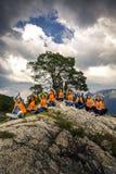 Jeunes amis ayant l'amusement sur le pique-nique sur l'île de la Norvège Photos libres de droits
