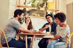 Jeunes amis ayant un grand temps dans le restaurant Photos stock