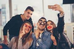 Jeunes amis ayant un grand temps dans le restaurant Photos libres de droits