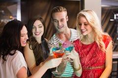 Jeunes amis ayant une boisson ensemble Photographie stock