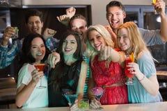 Jeunes amis ayant une boisson ensemble Image stock