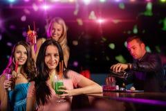 Jeunes amis buvant des cocktails ensemble à la partie Photographie stock