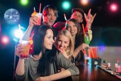 Jeunes amis buvant des cocktails ensemble à la partie Images stock