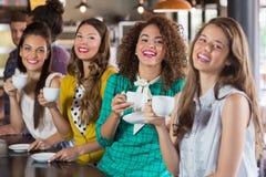 Jeunes amis buvant du café au café Photos libres de droits