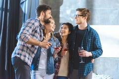 Jeunes amis buvant du vin Images libres de droits