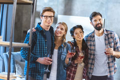 Jeunes amis buvant du vin Photos stock