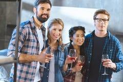 Jeunes amis buvant du vin Photographie stock