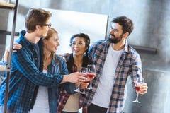 Jeunes amis buvant du vin Image stock